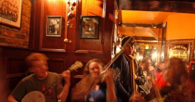 पुण्यातील 8 हाॅटेल व पबवर गुन्हे शाखेची कारवाई(hotels and Pub )