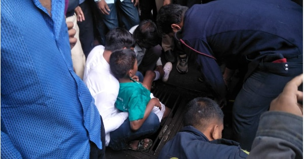 The child's foot stuck in the iron rods on the road; Rescue from the Fire Brigade.sajag nagrikk times .sanata